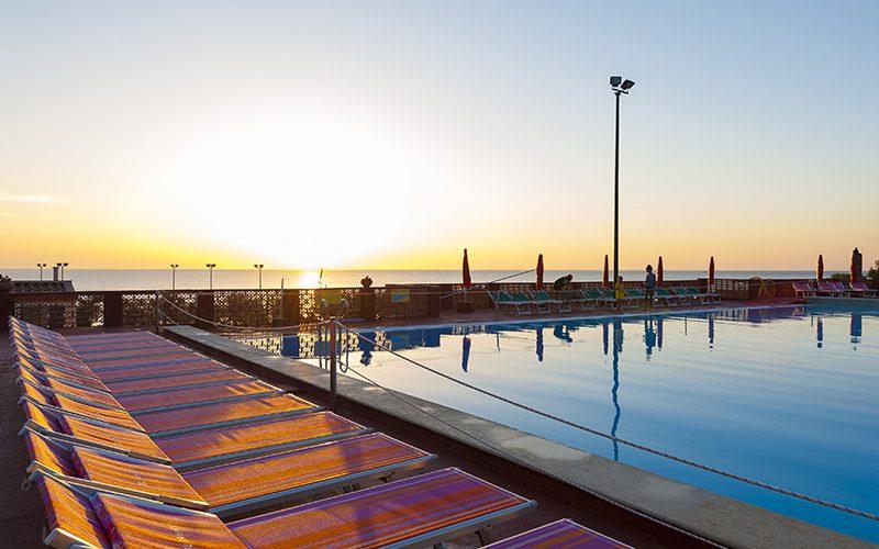 servizio-fotografico-El-Bahira-piscina-tramonto